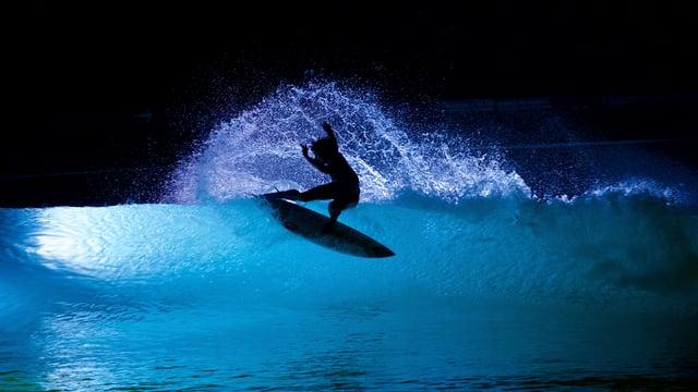 Night Surfing at Wavegarden.